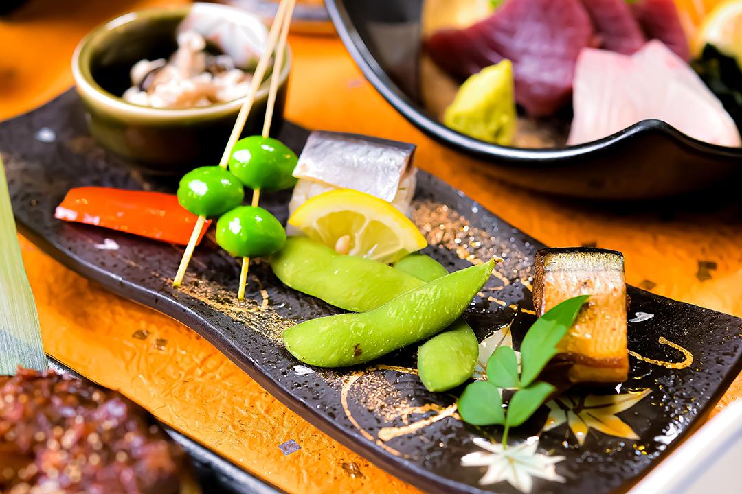 八寸 秋刀魚の印籠煮と棒寿司・ 占地白和え・松葉銀杏・茶豆・パプリカ